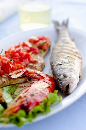 pez espada: Grigliata Mista plato de pescado con lubina a la plancha, langostinos, pez espada y sepia (Italia)