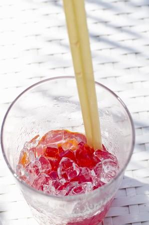 ice crushed: Aperol Spritz cocktail met gemalen ijs en twee rietjes