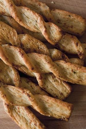 gressins: Gressins parmesan sur une planche de bois (vue de dessus)