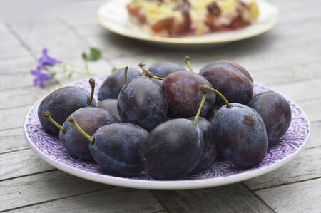 noone: Fresh plums on plate LANG_EVOIMAGES