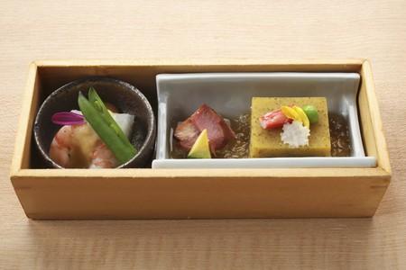 appetiser: An appetiser platter of prawns and fish (Japan) LANG_EVOIMAGES