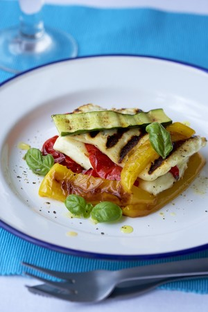 haloumi: Fried vegetables with grilled cheese