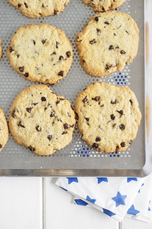 cookie sheet: Chocolate chip cookies on a baking tray LANG_EVOIMAGES