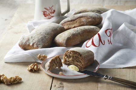 noone: Malt bread rolls with walnuts and butter LANG_EVOIMAGES