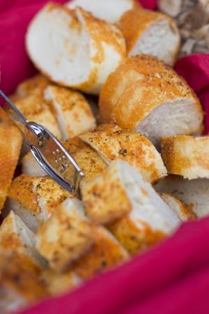 canasta de pan: Pan pimienta rebanado en una cesta de pan