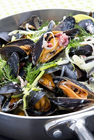 molluscs: Mussels steamed in white wine with bacon, onions and dill LANG_EVOIMAGES