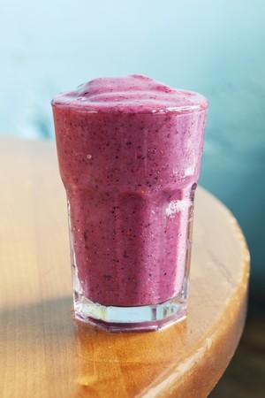 erdbeer smoothie: Ein Erdbeer-Smoothie mit Sojamilch und Honig