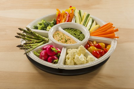 cocozelle: Hummus and pesto dip with raw vegetables in bowls