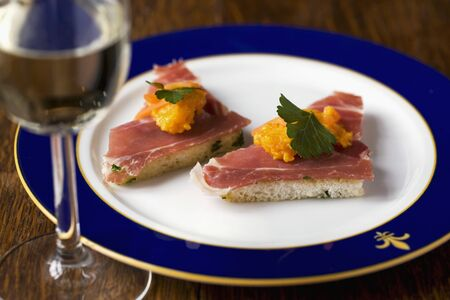free me: Toast triangles topped with smoked ham and carrot cream LANG_EVOIMAGES