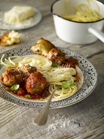 queso rayado: Espaguetis con alb�ndigas servido con pan y queso rallado