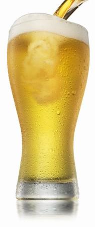 condensacion: Una cerveza que se vierte en un vaso con condensaci�n LANG_EVOIMAGES