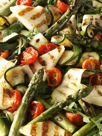 cocozelle: Courgette and asparagus salad with tomatoes and grilled cheese