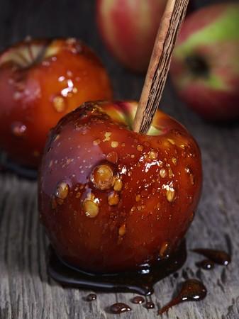 cinammon: Caramelised apples on cinnamon sticks
