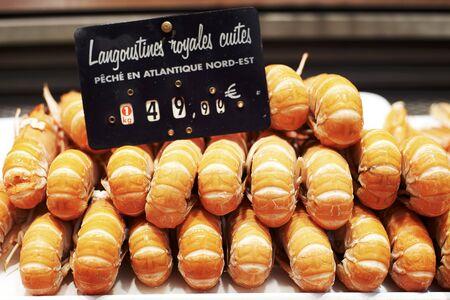 produits alimentaires: Langoustines sur un étal de marché avec une étiquette de prix