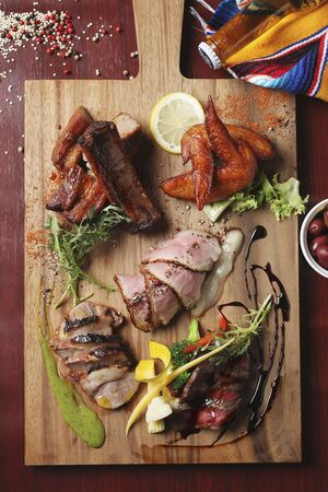 spare ribs: Beef, spare ribs and chicken wings on a chopping board LANG_EVOIMAGES