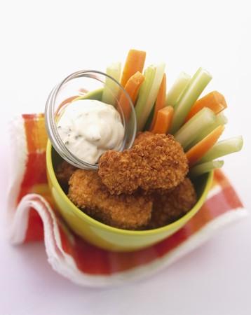 nuggets de poulet: Nuggets de poulet avec des b�tonnets de l�gumes et un plongeon de la mayonnaise