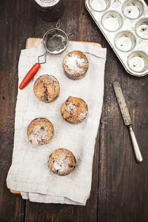 choco chips: Chocolate chip muffins with icing sugar