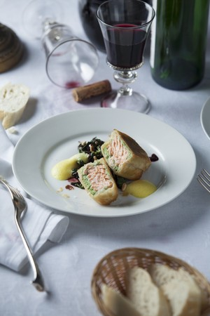 salmon fillet: Salmon fillet in strudel pastry with red wine spinach