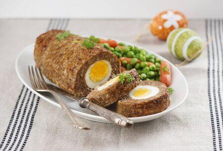 pastel de carne: Pastel de carne con el huevo de Pascua