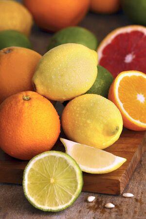 감귤류의 과일: A selection of citrus fruits, whole and sliced