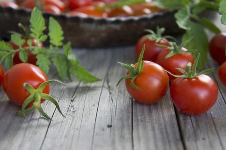 produits alimentaires: Tomates cerises et tomates italiennes avec des feuilles