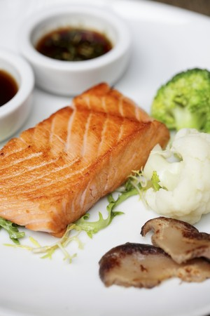 salmon fillet: Grilled salmon fillet with vegetables and soy sauce