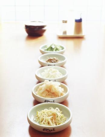 contorni: Cinque coreano contorni in ciotole bianche con salsa di soia, sale e peperoncino in polvere in background LANG_EVOIMAGES