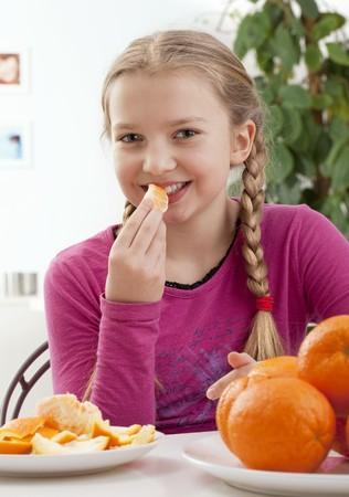 provenance: A girl eating an orange LANG_EVOIMAGES