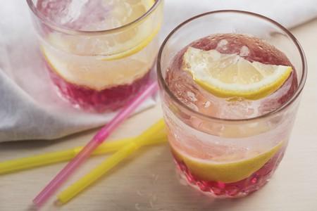 soda pops: Pink lemondade with ice cubes and Meyer lemons LANG_EVOIMAGES