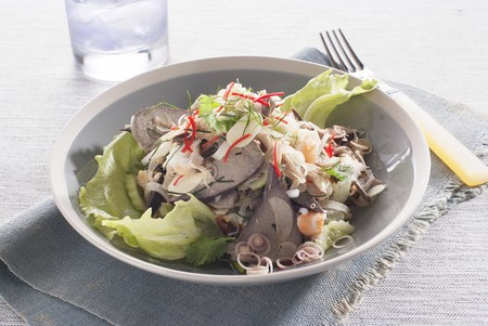 kafir lime: Spicy salad with pork liver (Thailand)