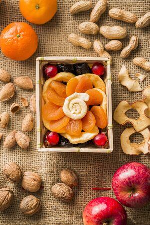 frutas deshidratadas: Las frutas secas, nueces y fruta fresca