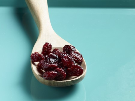 vaccinium macrocarpon: Dried cranberries on a wooden spoon