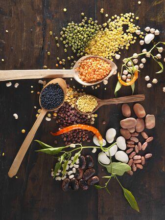 leguminosas: Varias legumbres de cucharas de madera LANG_EVOIMAGES