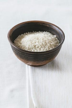 aliments: Riz au jasmin dans un bol en c�ramique
