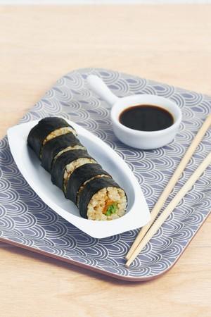 maki sushi: Maki sushi avec des l�gumes et de la sauce de soja LANG_EVOIMAGES