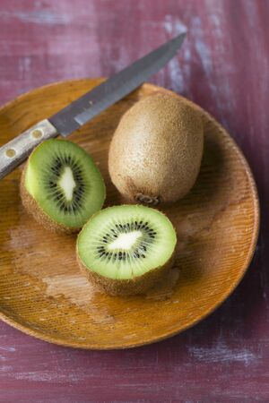 kiwis: Kiwis on a wooden plate LANG_EVOIMAGES