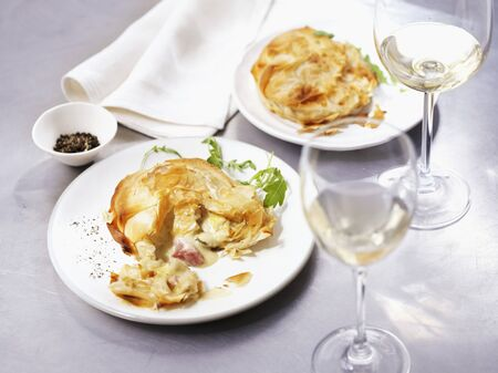 yufka: Puff pastry tartlet with chicken, bacon and leek