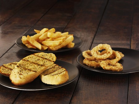 barbecues: Garlic bread, onion rings and chips LANG_EVOIMAGES