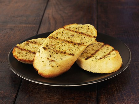 broiling: Slices of grilled garlic bread LANG_EVOIMAGES