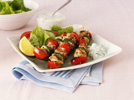 cocozelle: Greek chicken, pepper and courgette kebabs with salad LANG_EVOIMAGES
