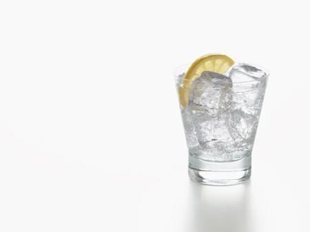 non alcoholic: Lemonade with a slice of lemon