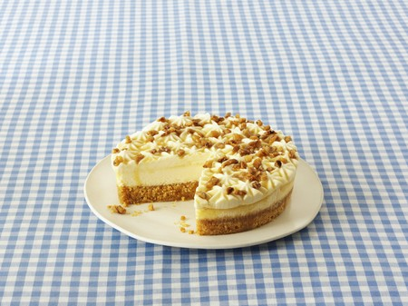 maple syrup: A cheesecake with walnuts and maple syrup, sliced