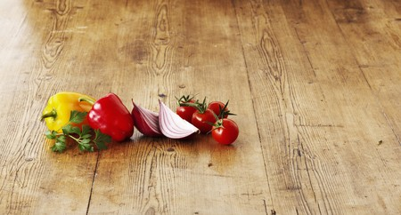 pimiento: Peppers, red onions and tomatoes on a wooden surface
