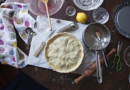 blueberry pie: Una tarta de ar�ndanos sin hornear, ingredientes y utensilios para hornear