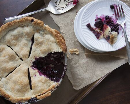 blueberry pie: A sliced blueberry pie LANG_EVOIMAGES
