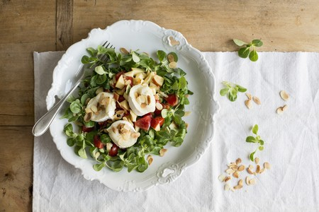 flaked: Goats cheese with flaked almonds on lambs lettuce LANG_EVOIMAGES