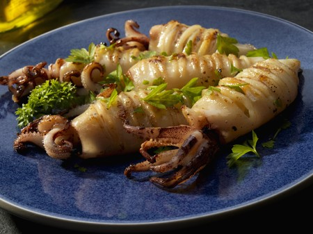 petroselinum sativum: Whole grilled calamari with garlic and parsley LANG_EVOIMAGES