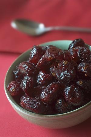 vaccinium macrocarpon: Dried cranberries in a ceramic bowl LANG_EVOIMAGES
