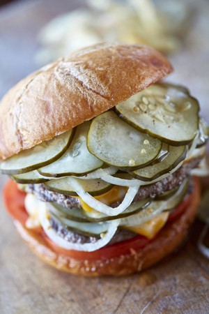 A burger with refrigerated pickles LANG_EVOIMAGES