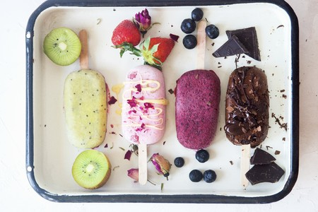 Kiwi, strawberry, blueberry and chocolate popsicles LANG_EVOIMAGES